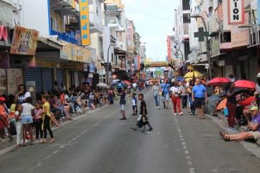 Folk benket seg opp med paraplyer og kjølebager flere timer før paraden startet