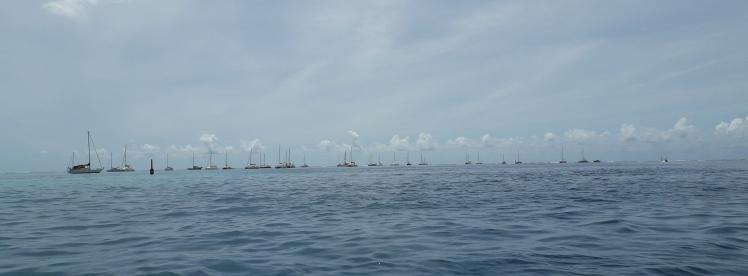 """Mange båter fra hele verden på ankerplassen utengor Tahiti flyplass, nå døpt Hotel California"""""""